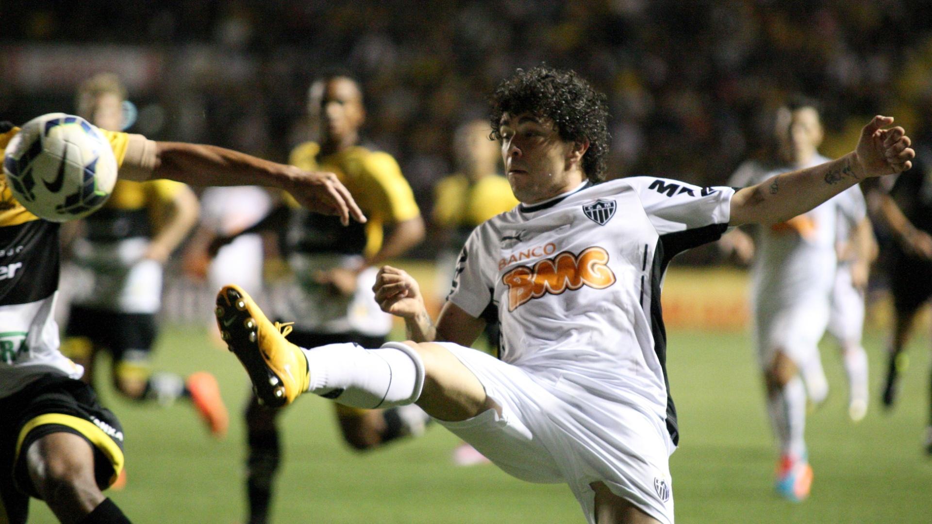 Atacante Luan, do Atlético-MG, tenta alcançar bola contra o Criciúma