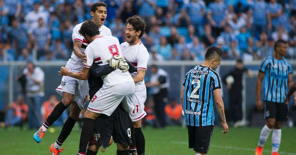 Kaká, Alan Kardec e Pato pulam em cima de Rogério Ceni para comemorar gol do São Paulo contra o Grêmio