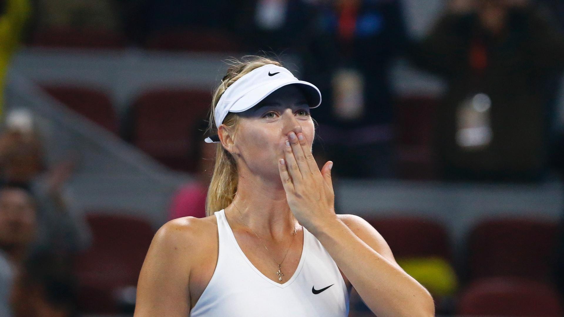 Maria Sharapova cumprimenta a torcida após vitória sobre Ana Ivanovic