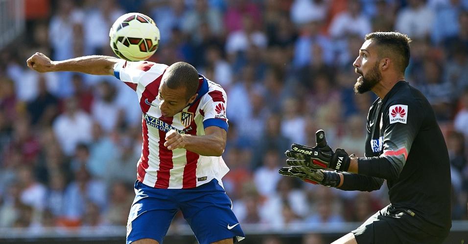 Miranda se antecipa ao goleiro e, de braço, marca gol contra em triunfo parcial do Valebcia por 3 a 1 sobre o Atléttico de Madri
