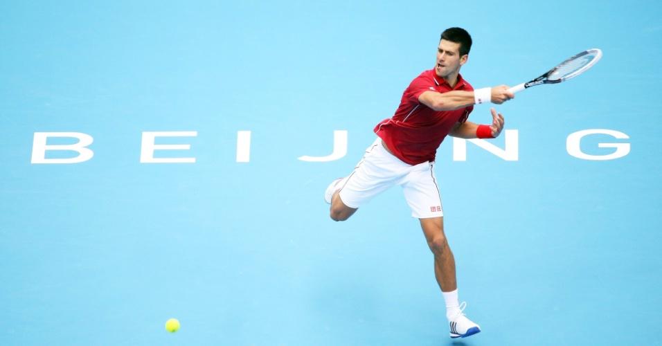 Novak Djokovic rebate bola na vitória sobre Andy Murray em Pequim