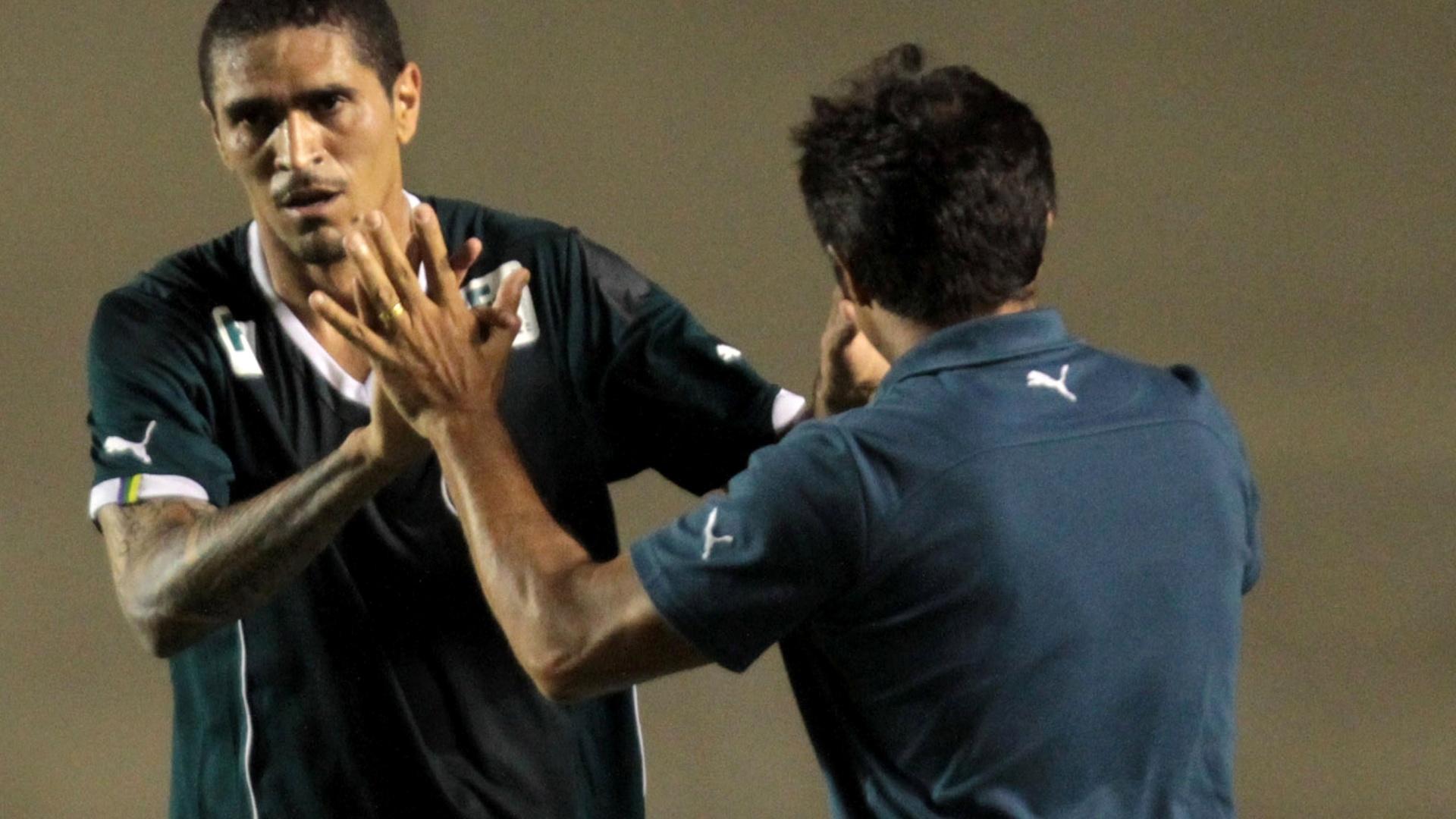 Ramon, atacante do Goiás, comemora gol diante do Figueirense