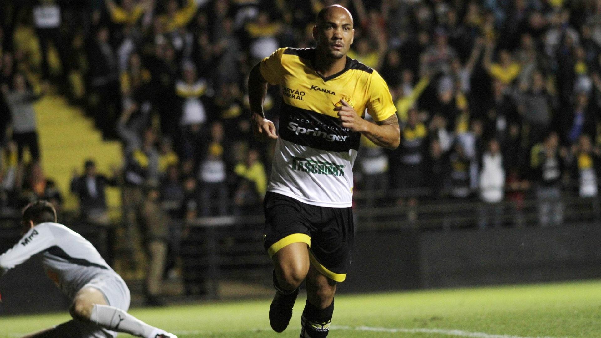 Souza comemora gol do Criciúma contra o Atlético-MG