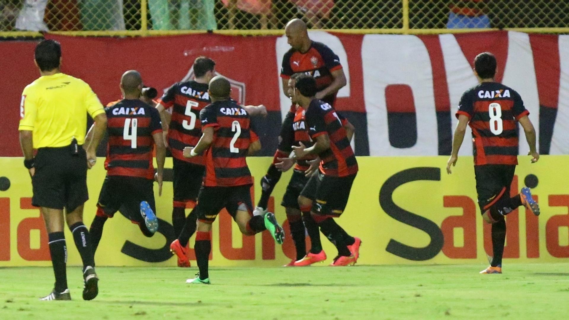 Time do Vitória comemora gol de Marcinho no Barradão