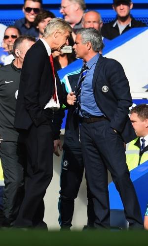 Arsene Wenger (à esq.) e José Mourinho se desentendem durante jogo entre Arsenal e Chelsea