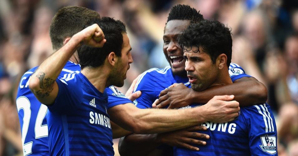 Companheiros abraçam Diego Costa após gol contra o Arsenal