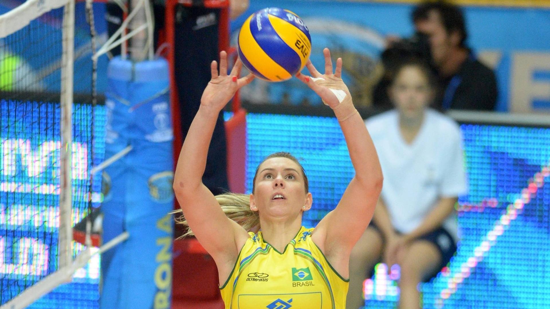 Fabíola faz o levantamento na partida entre Brasil e EUA pelo Mundial feminino de vôlei, em Verona