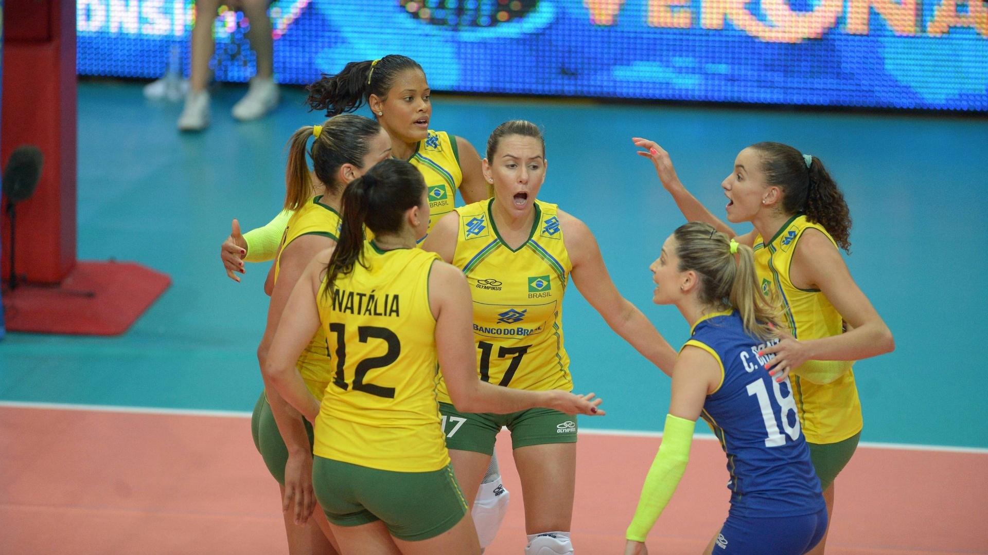 Jogadoras do Brasil comemoram ponto marcado durante partida contra os EUA, no Mundial de vôlei