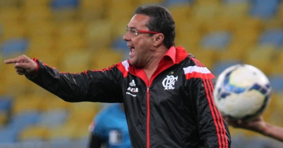 Técnico Vanderlei Luxemburgo orienta o Flamengo durante derrota para o Santos no Maracanã