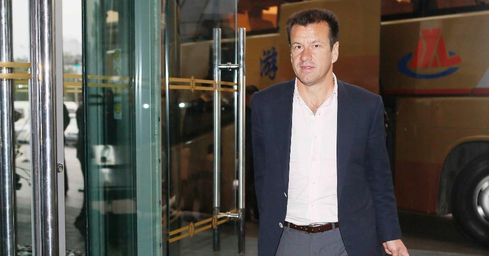 6.out.2014 - Técnico Dunga chega ao hotel Intercontinental, em Pequim