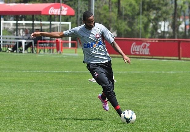 Atacante Pedro Paulo participa de treino do Atlético-PR