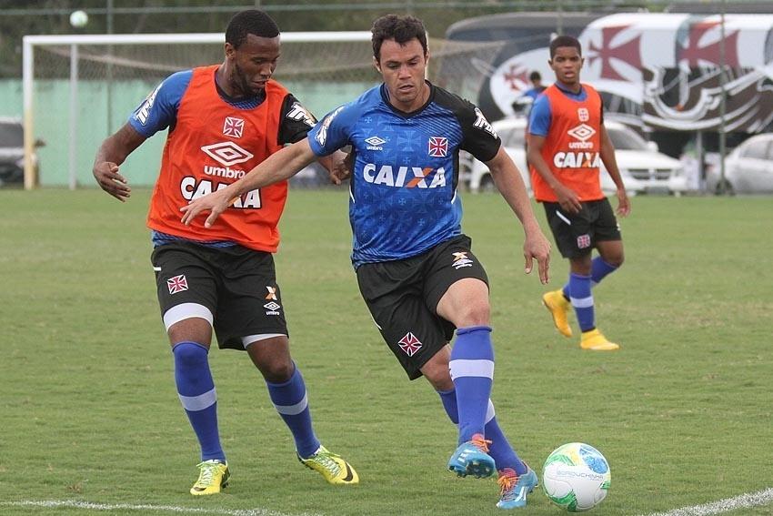 Kléber disputa bola com zagueiro Rafael Vaz em treino do Vasco no CFZ