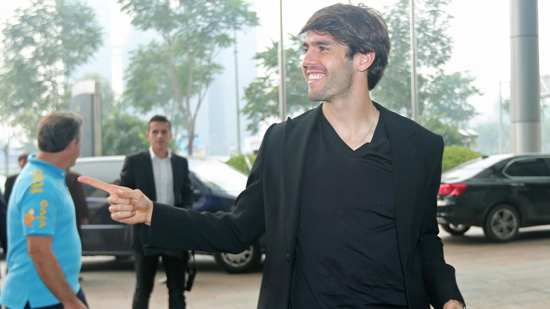 07.set.2014 - Kaká chega ao hotel da seleção brasileira em Pequim, na China