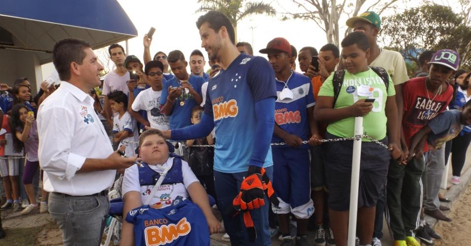 7 out 2014 - Pedro Arthur, o pai Rodrigo Diniz e o goleiro Fábio, que deu apoio à campanha para arrecadar recursos, para levar o garoto à Alemanha