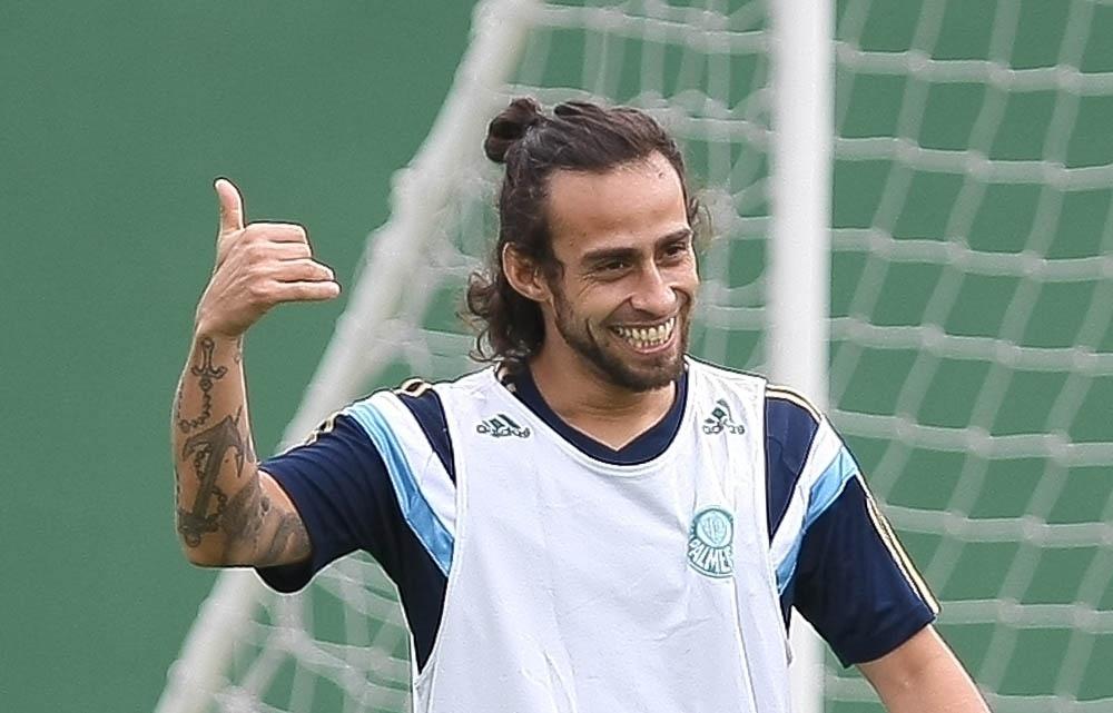 Valdivia se diverte durante rachão na Academia de Futebol, no treino do Palmeiras