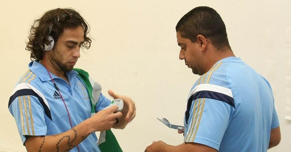 Valdivia se prepara para entrar em campo antes de enfrentar o Vitória