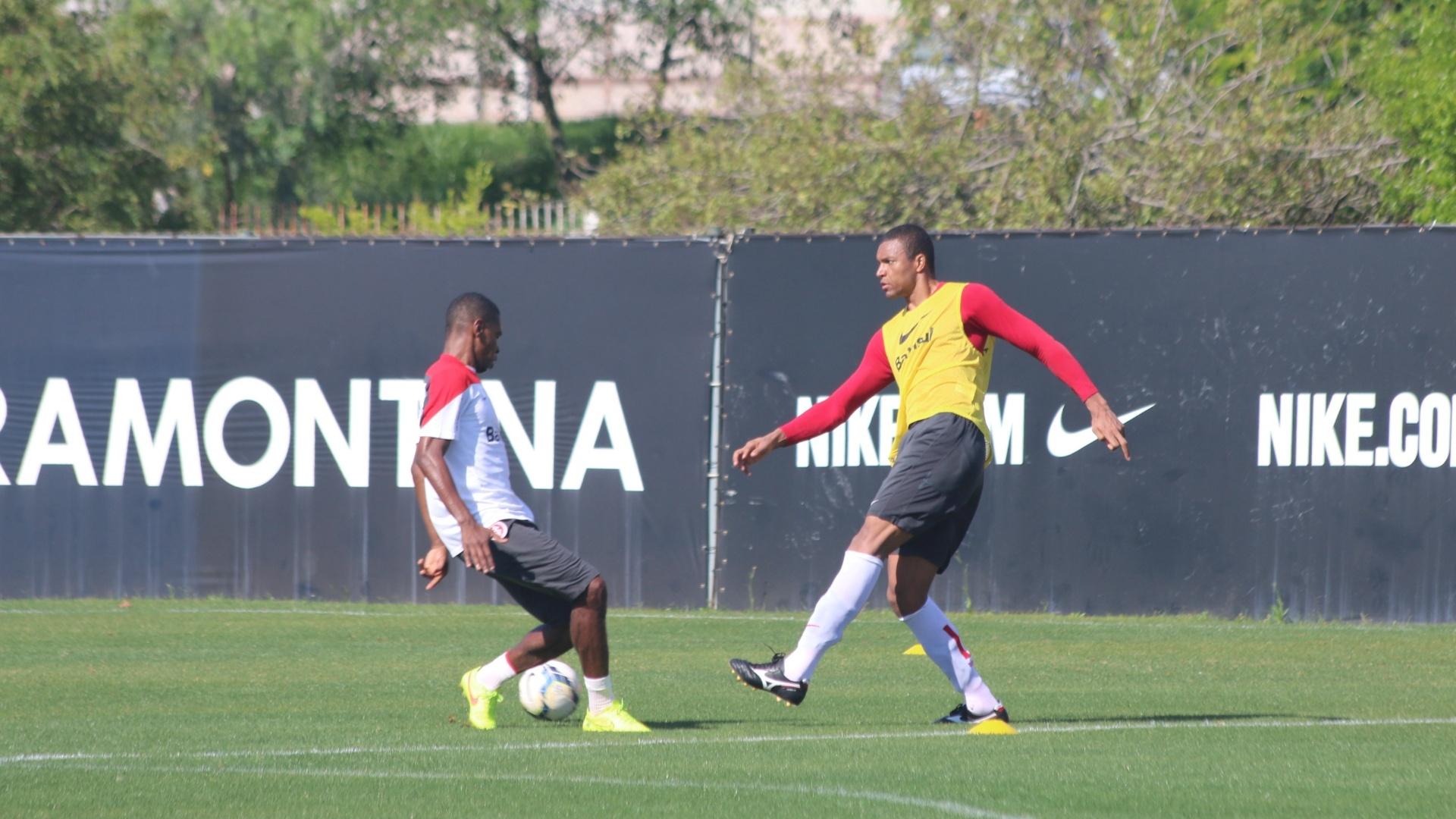 08.out.2014 - Dida treina como centroavante em recreativo do Inter antes de jogo com Chapecoense