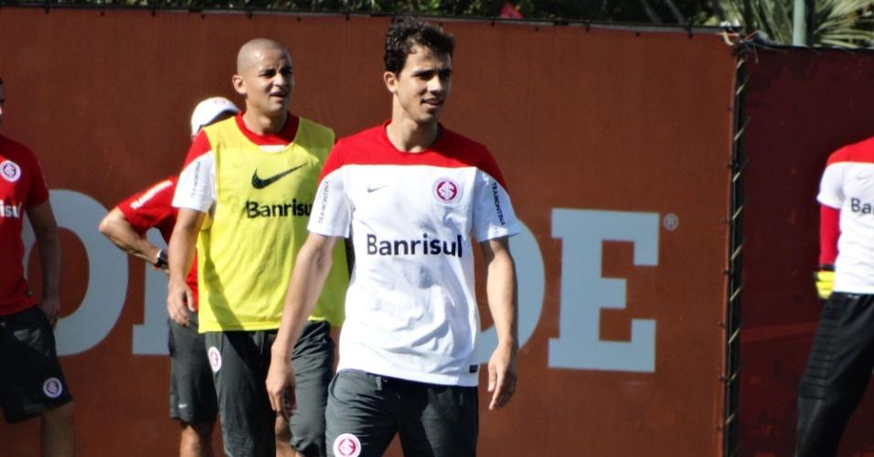 08.out.2014 - Nilmar observa lance de treino recreativo do Inter no CT do Parque Gigante