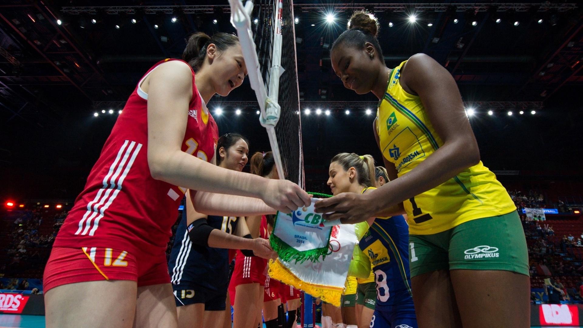 Capitã da seleção brasileira, Fabiana cumprimenta chinesa Hui Ruoqi antes da partida
