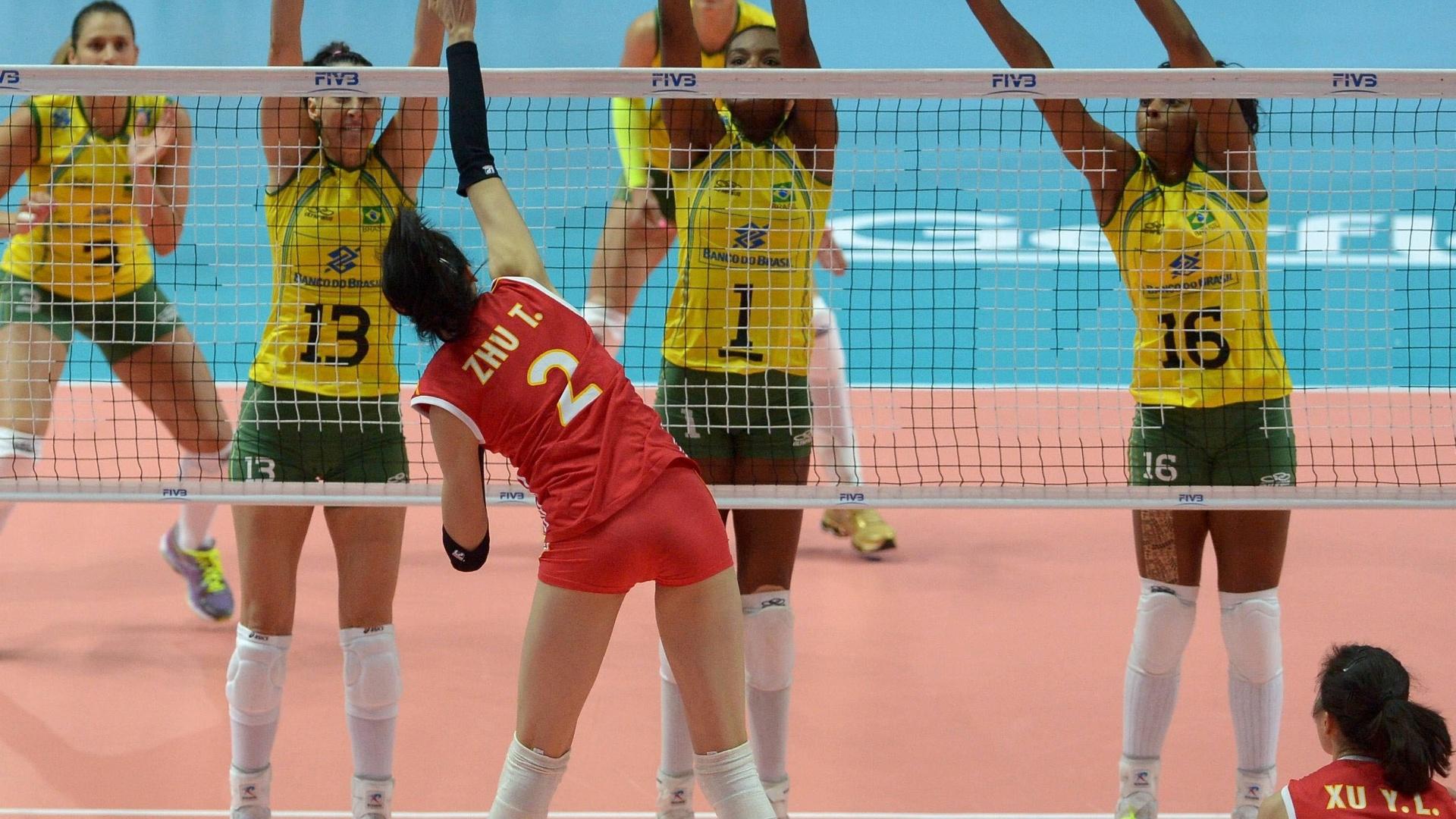 Chinesa Zhu Ting encara o bloqueio triplo do Brasil no Mundial de vôlei