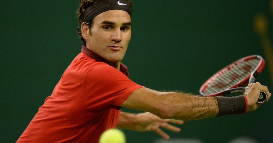 Federer rebate bola em duelo com Leonardo Mayer no Masters 1.000 de Xangai