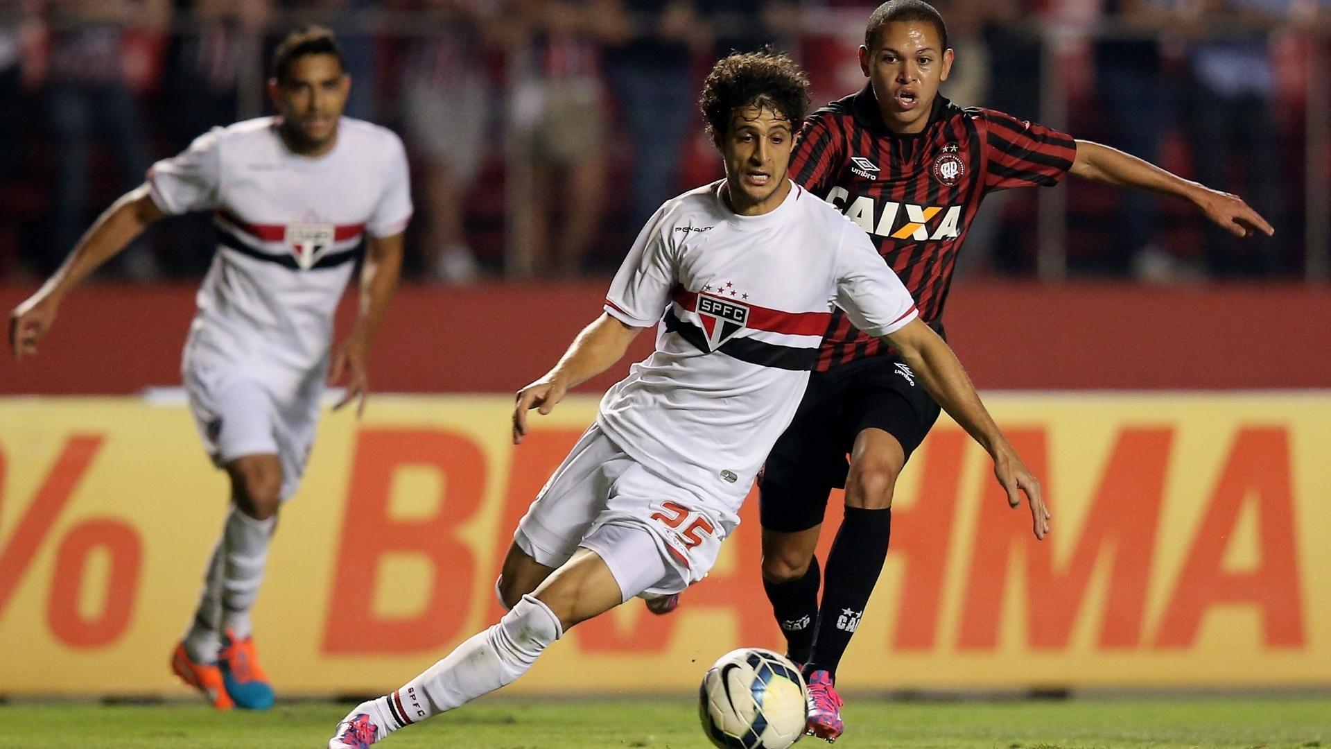 Hudson, do São Paulo, tenta escapar da marcação de Marcos Guilherme, do Atlético-PR