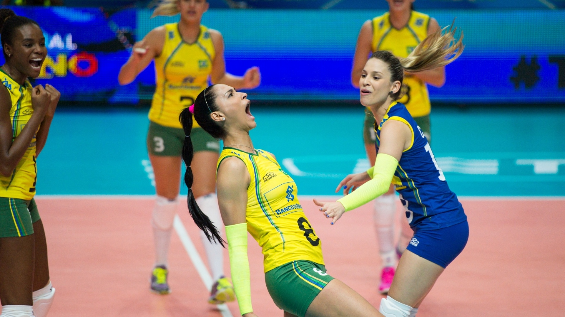 Jaqueline comemora ponto do Brasil sobre a China pelo Mundial de vôlei