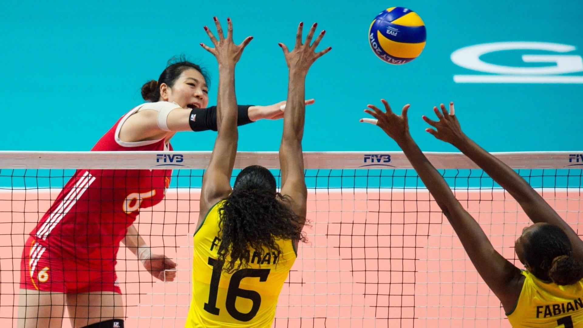 Junjing Yang encara o bloqueio de Fernanda Garay e Fabiana na partida entre Brasil e China pelo Mundial feminino de vôlei