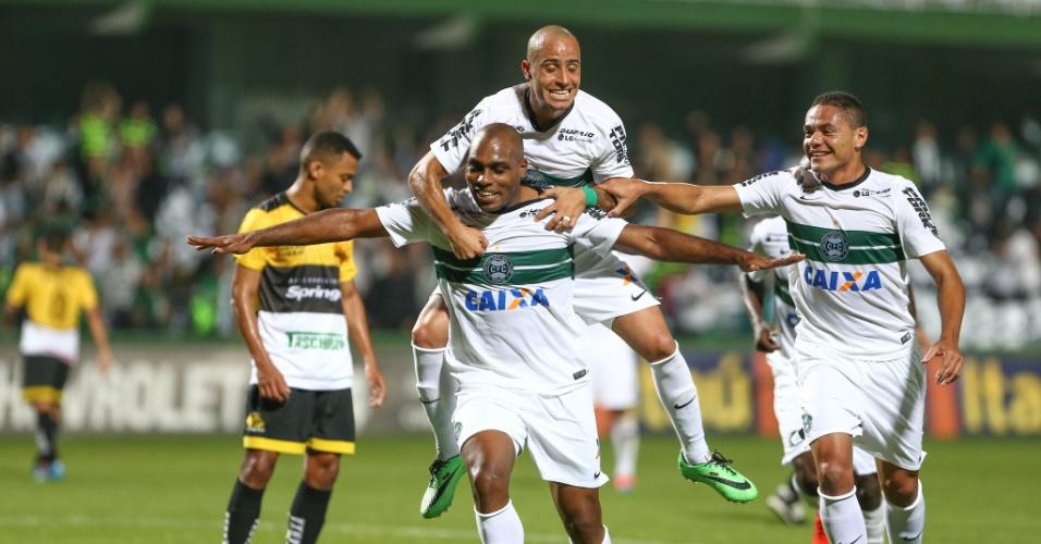 Luccas Claro comemora com companheiros o primeiro gol do Coritiba sobre o Criciúma