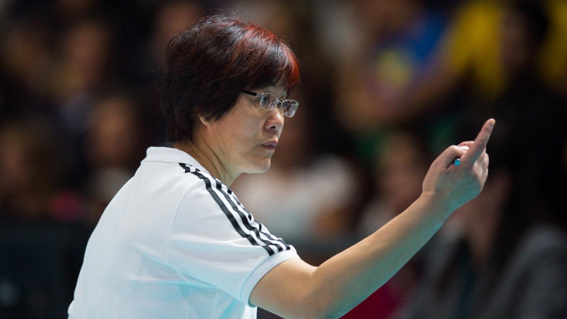 Técnico da China, Lang Ping, orienta sua equipe da lateral da quadra durante a partida entre Brasil e China pelo Mundial de vôlei