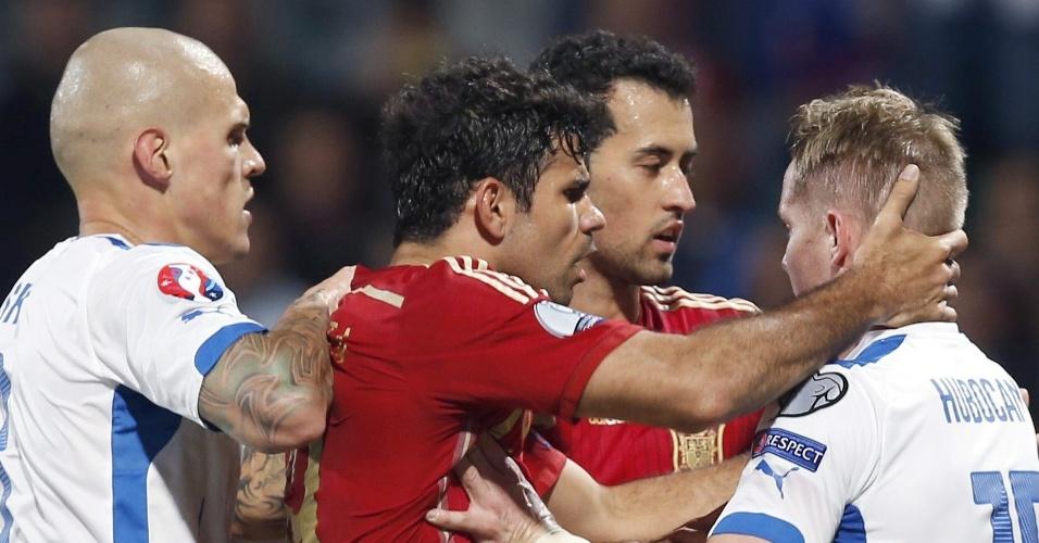 Diego Costa, atacante da Espanha, se irrite e discute com jogadores da Eslováquia durante jogo das Eliminatórias para a Euro 2016