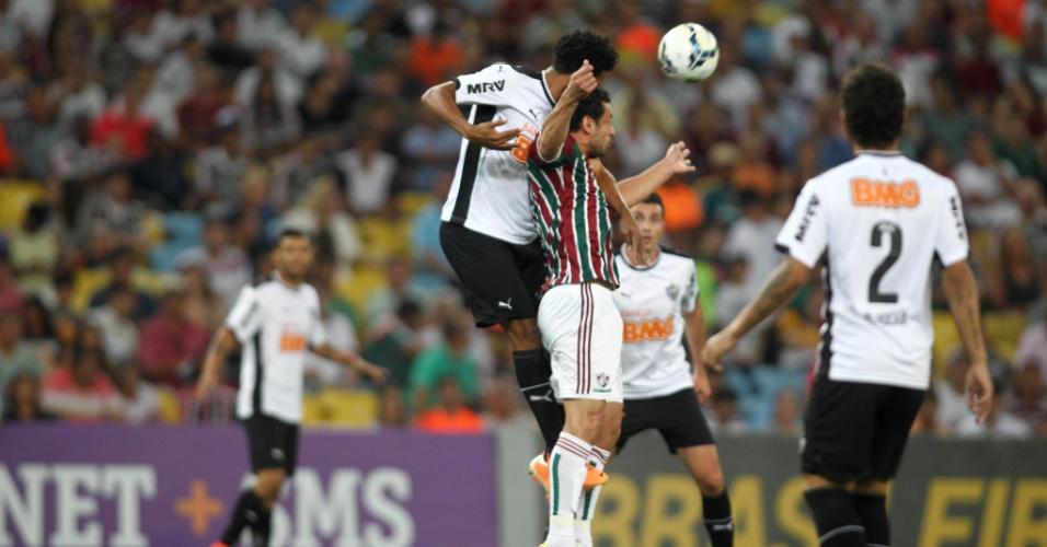 Fred disputa bola pelo alto em partida do Fluminense contra o Atlético-MG