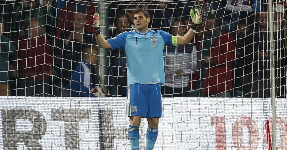 Iker Casillas, goleiro da Espanha lamenta após falhar no jogo contra a Eslováquia, válido pelas Eliminatórias para a Euro-2016