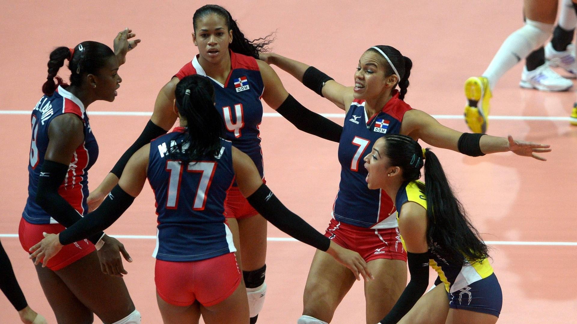 Jogadoras da República Dominicana comemoram ponto sobre a China no Mundial