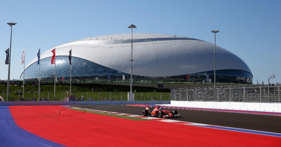 10.out.2014 - Fernando Alonso acelera sua Ferrari pelo circuito de Sochi durante os treinos livres para o GP da Rússia