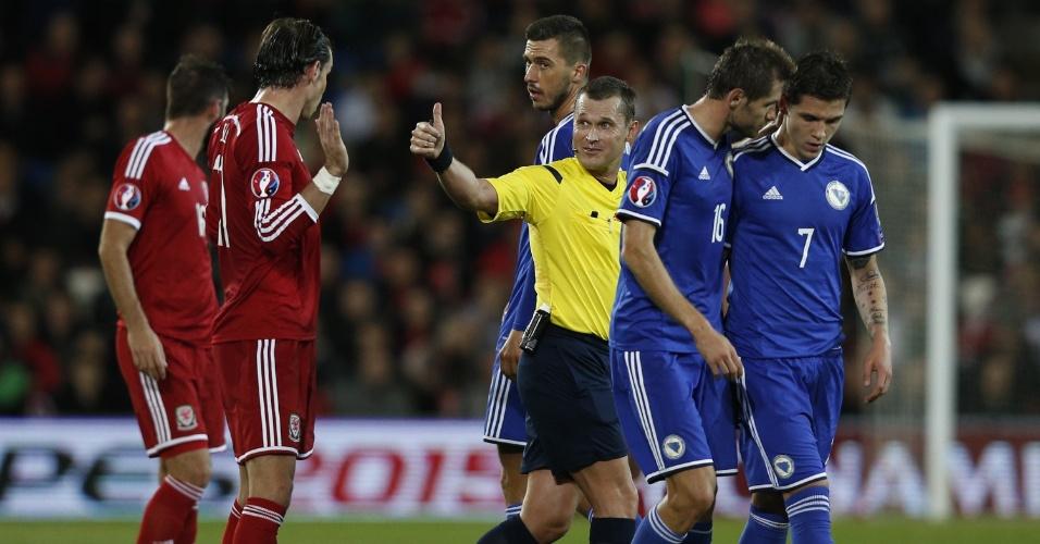 Árbitro russo Vladislav Bezborodov gesticula para Gareth Bale na partida do País de Gales contra a Bósnia