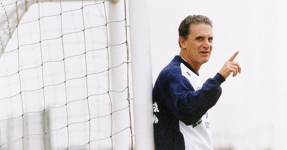 Carlos Alberto Silva é fotografado em outubro de 1996 durante sua passagem pelo Palmeiras