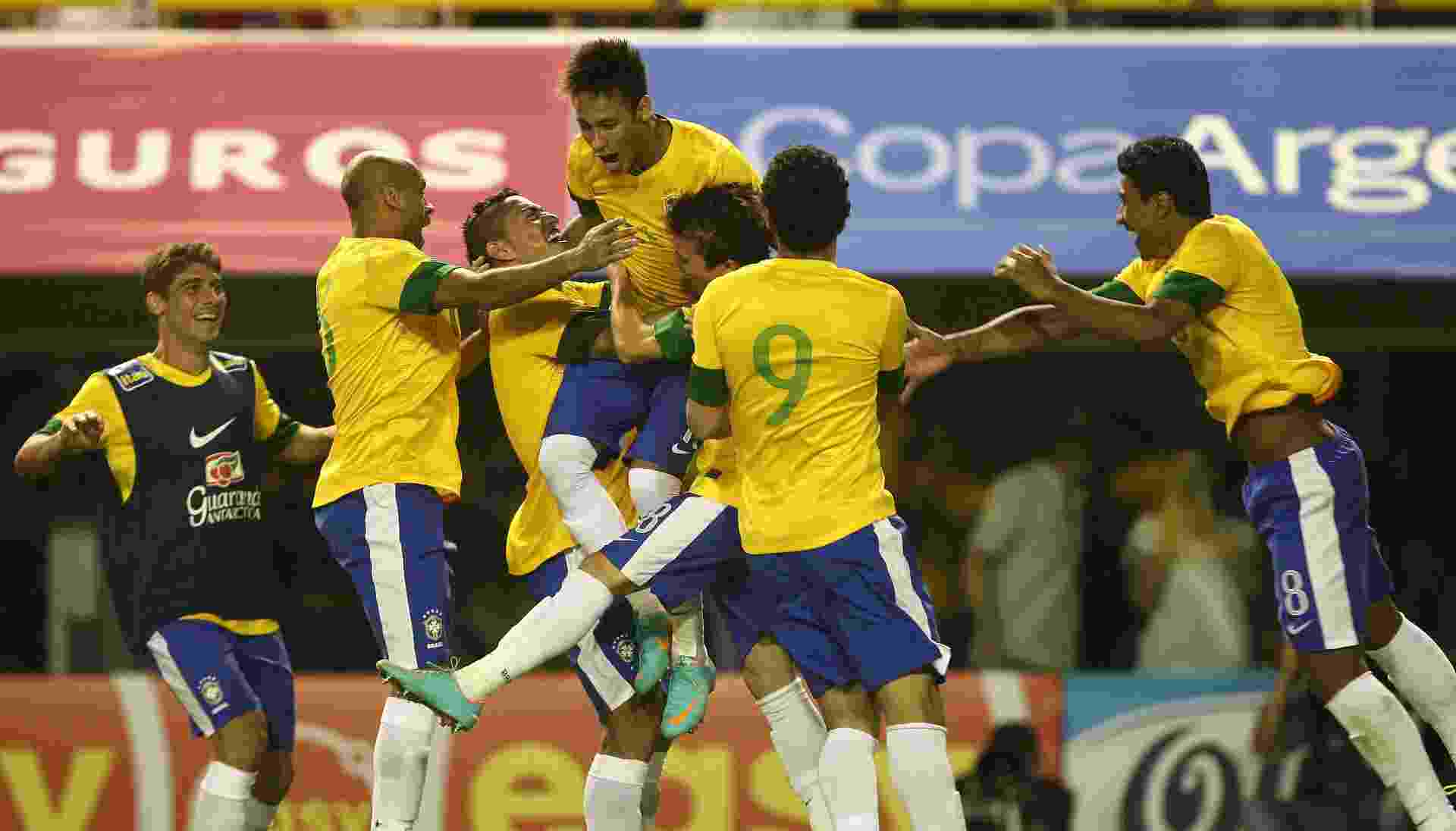 Fellype Gabriel está de colete azul na comemoração com Neymar na partida da seleção contra a Argentina, em 2012. Fellype Gabriel atuava no Botafogo quando recebeu chamado de Mano Menezes - undefined