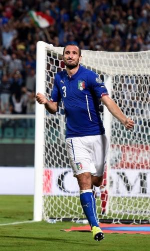 Giorgio Chiellini abriu o placar para a Itália contra o Azerbaijão
