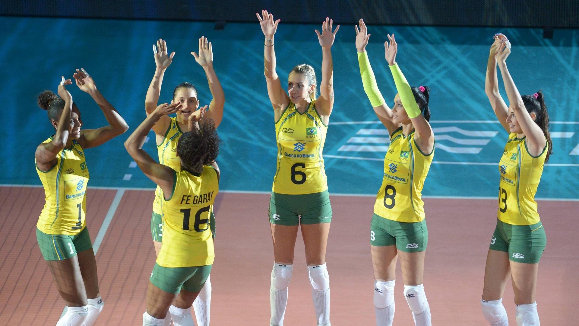 Jogadoras do Brasil são apresentadas antes de jogo contra a República Dominicana