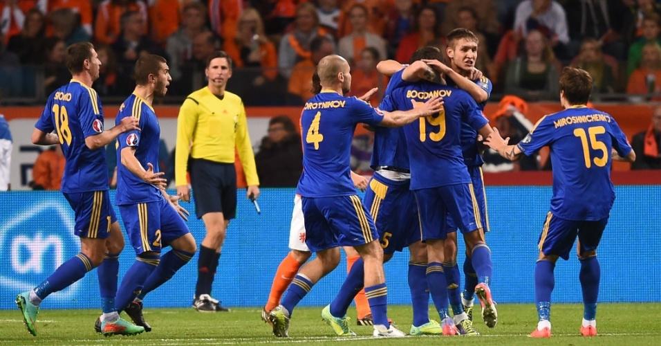 Jogadores do Cazaquistão comemoram gol de Renat Abdulin contra a Holanda