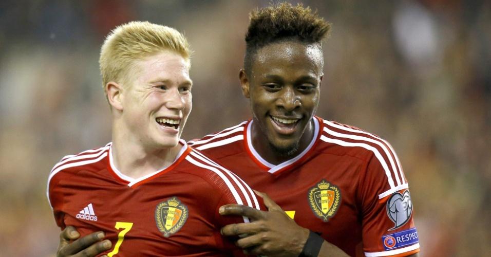 Kevin De Bruyne (à esq.) e Divock Origi comemoram gol belga nas Eliminatórias da Euro 2016