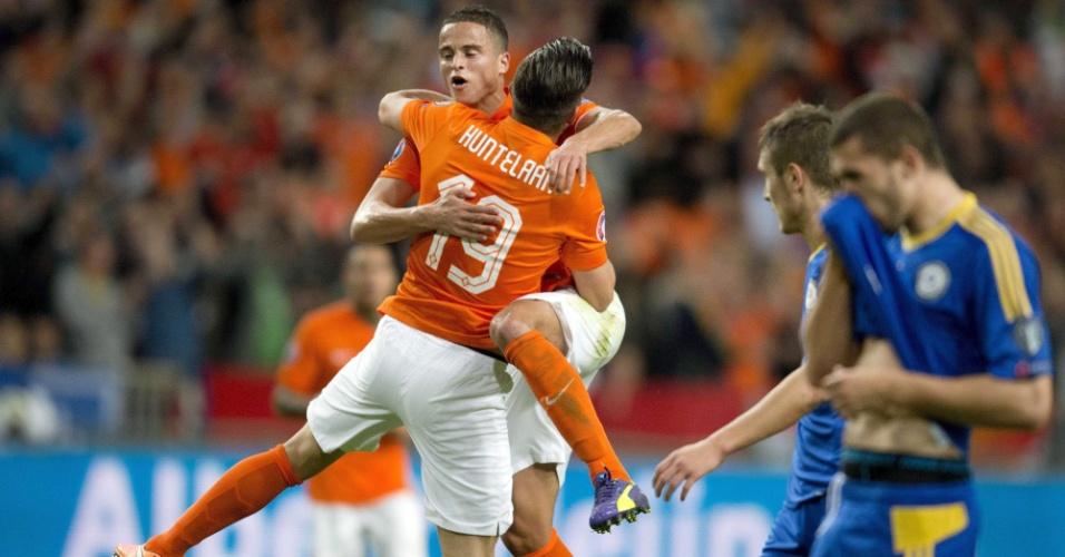 Klaas-Jan Huntelaar comemora gol da Holanda com Ibrahim Affelay em partida contra o Cazaquistão