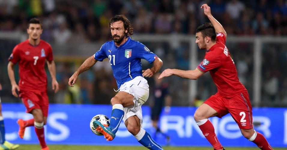 Pirlo domina bola em partida das Eliminatórias da Euro 2016
