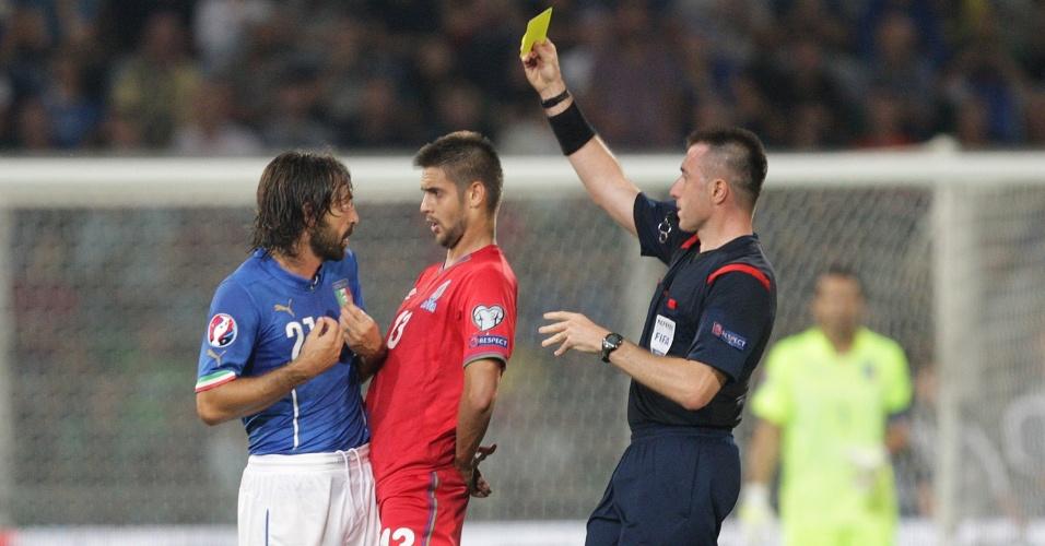 Pirlo leva cartão amarelo na partida da Itália contra o Azerbaijão