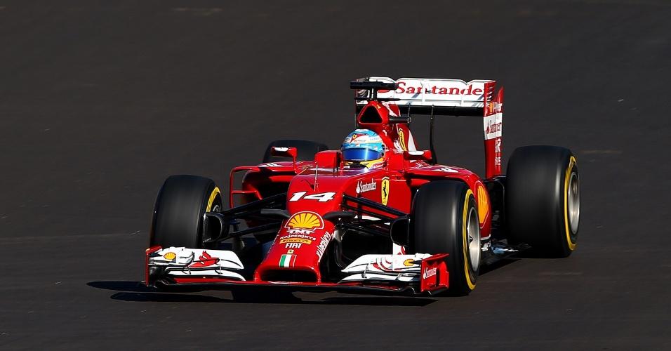 11.out.2014 - Fernando Alonso acelera sua Ferrari pelo circuito de Sochi durante o treino de classificação do GP da Rússia