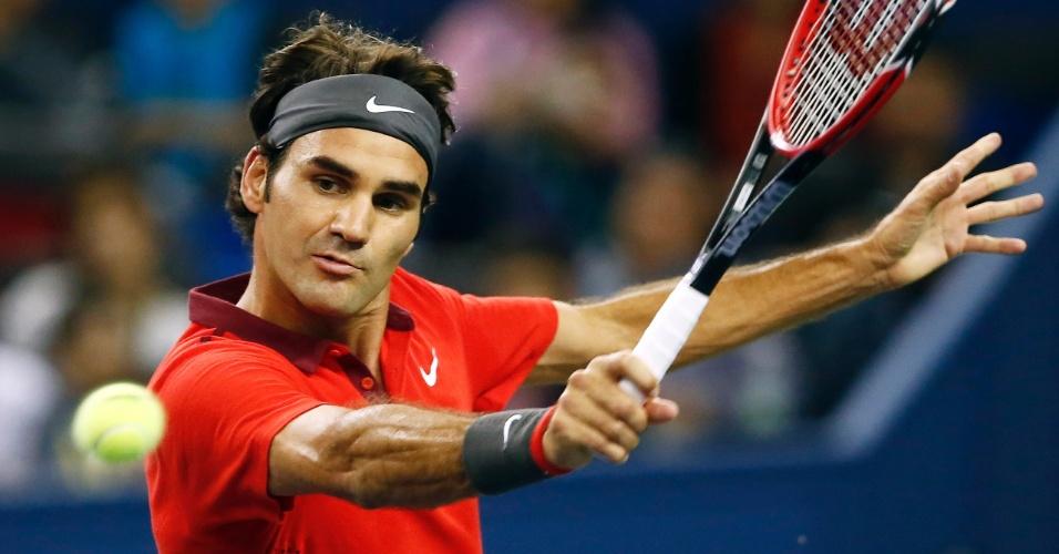 11.out.2014 - Roger Federer rebate durante a semifinal do Masters de Xangai contra Novak Djokovic