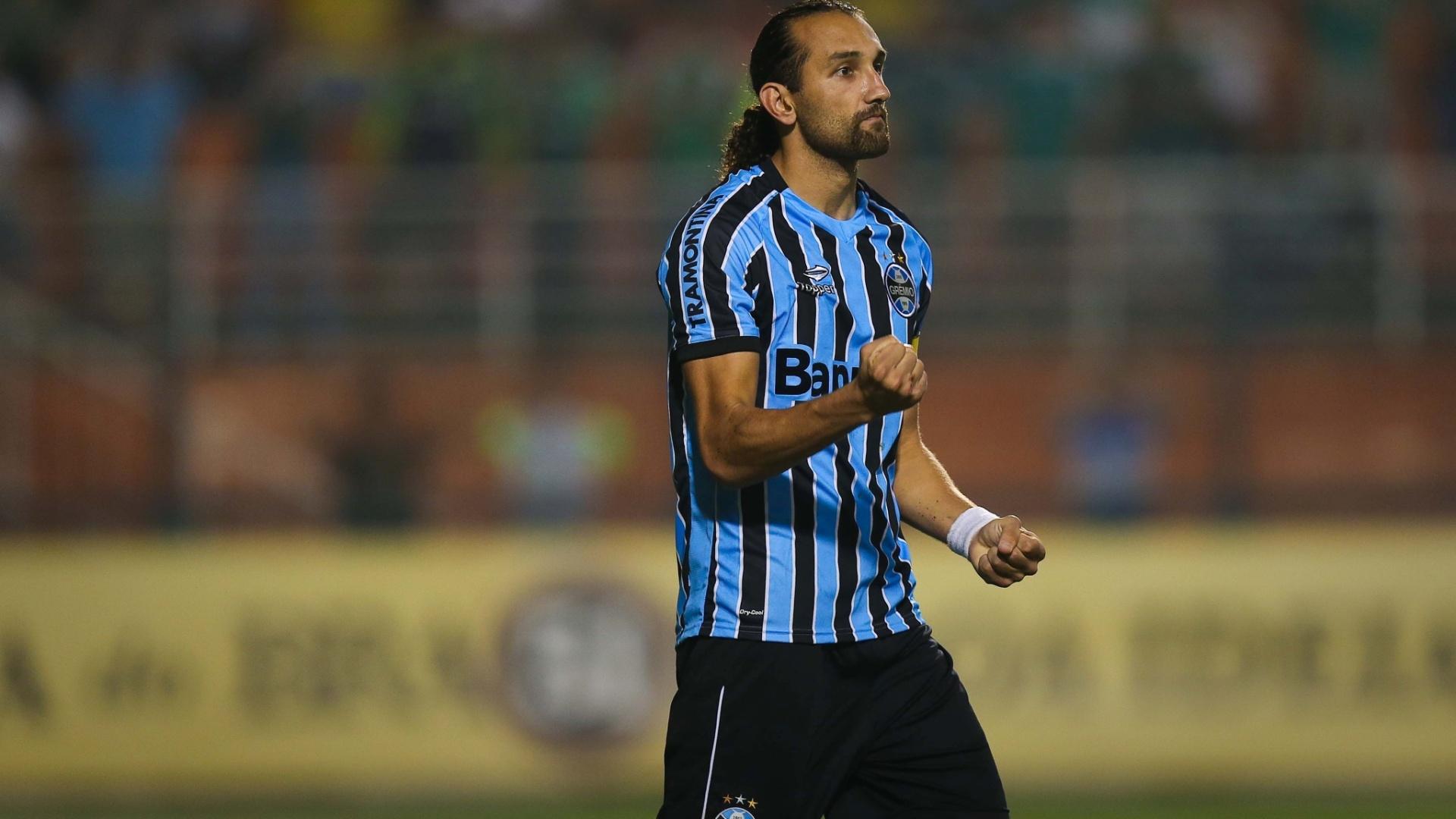 Barcos converteu pênalti feito por Valdivia e deixou o Grêmio em vantagem