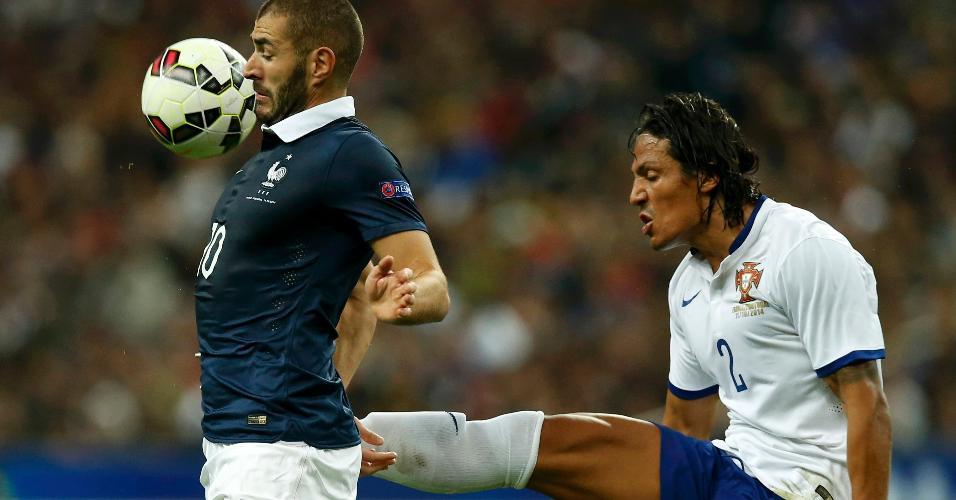 Benzema, atacante da França, tenta dominar a bola sob marcação dura de Bruno Alves, de Portugal, durante amistoso entre as duas seleções