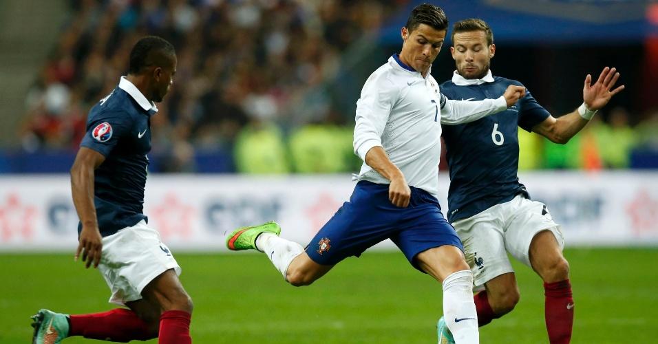 Cristiano Ronaldo, craque de Portugal, tenta a finalização cercado por Cabaye e Evra, da França, durante amistoso entre as duas seleções